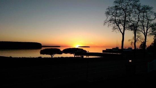Edgewater Resort: Eagle Harbor Sunset