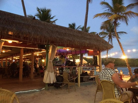 Iggies Beach Bar and Grill: Nightly music and volleyball