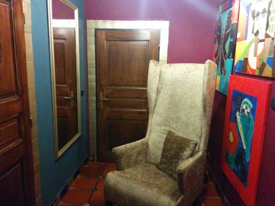 Hotel Salvator: Entrada al baño del comedor