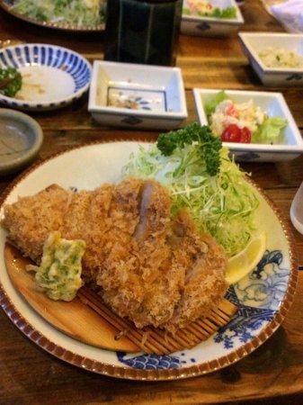 Rokuan Katsugen : 特選ロースかつ定食です。ボリュームもあります。キャベツもたっぷり。
