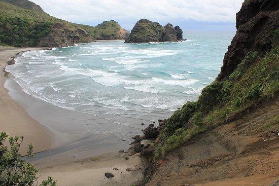 Piha Beach: Climbing the Lion Rock
