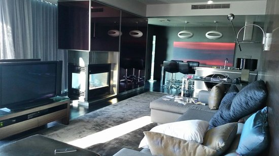 Palms Place Hotel and Spa: Seperate living room with fire place 2 balconies Responsive service.  Loved this place.