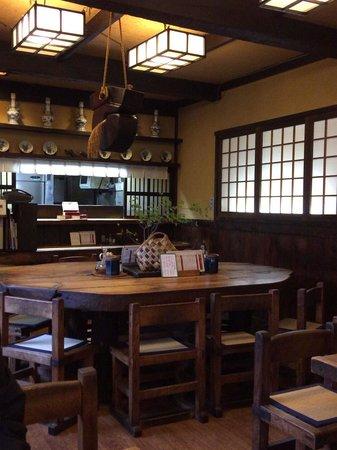 Rokuan Katsugen : 本店の店内です。こじんまりした作りで、落ち着いて食事ができました。