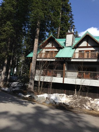 Emerald Lake Lodge: Our lodge