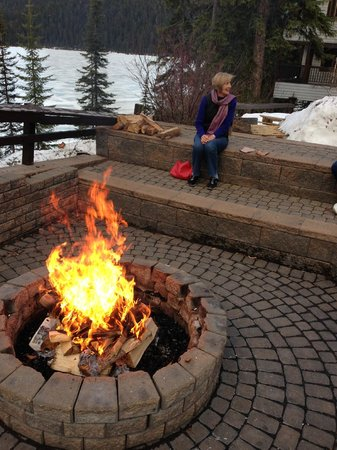 Emerald Lake Lodge: The fire pit with the lake beside it