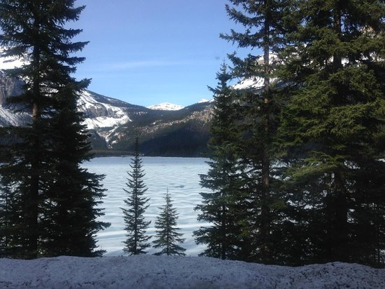 Emerald Lake Lodge: The lake still frozen (mid May)