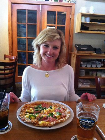 Snake River Brewing: Hot blondes and good pizza