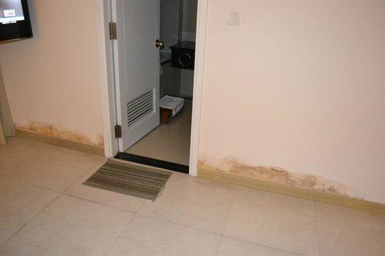 Nhi Phi Hotel : Дверь в ванную