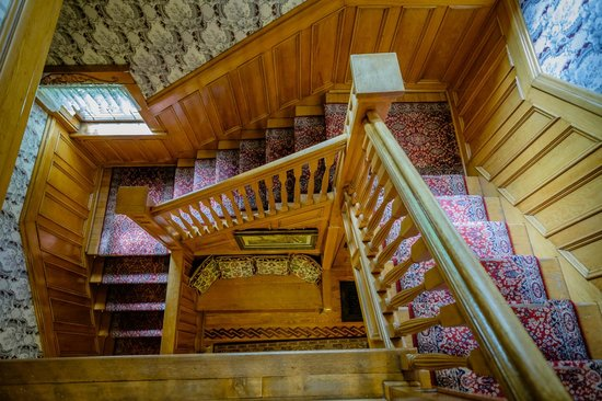 Scofield House Bed and Breakfast: View from top of the stairs