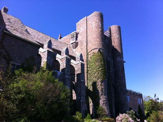 Hammond Castle: The back of the castle that faces the ocean. Great views here!