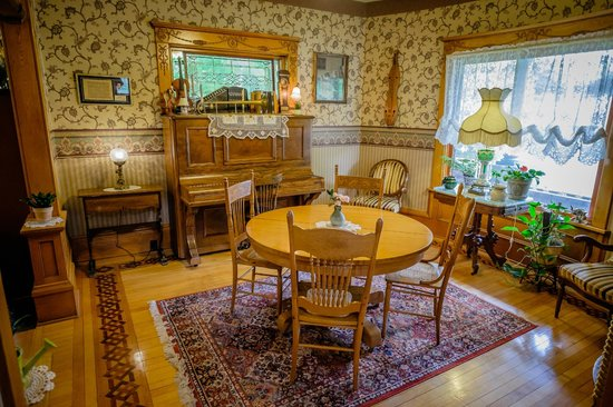 Scofield House Bed and Breakfast: Small dining room