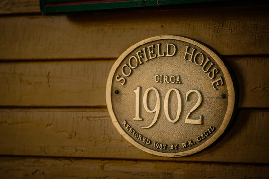 Scofield House Bed and Breakfast: Plaque on the front of the house