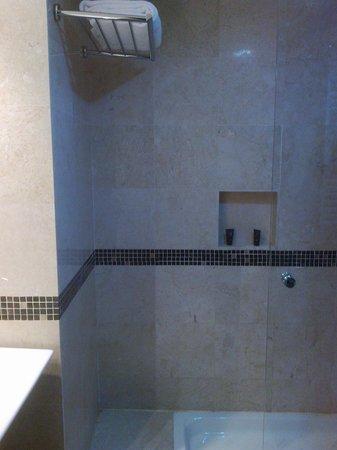 Hotel Mirador de Chamartín: The bathroom