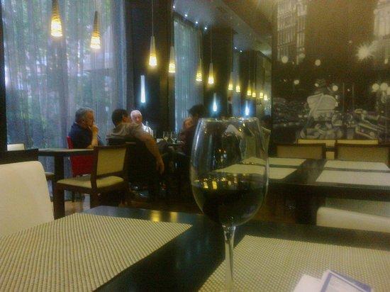 Hotel Mirador de Chamartin : A glass of Ribera del Duero