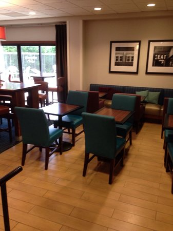 Hampton Inn Bloomington: Breakfast area.