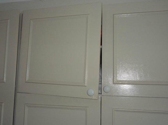 BreakFree Beachpoint: Broken bedroom cupboard