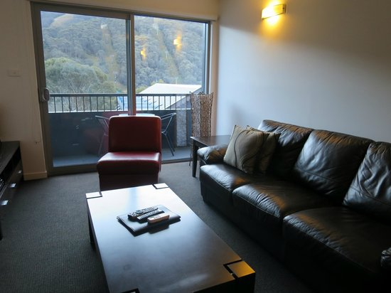 Snowgoose Apartments : Lounge area in one bed apartment