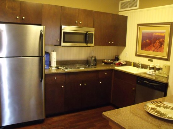 Gainey Suites Hotel: Full refrigerator, dishwasher, stovetop & microwave in kitchen