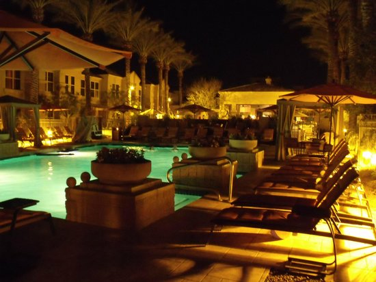 Gainey Suites Hotel: Pool at night