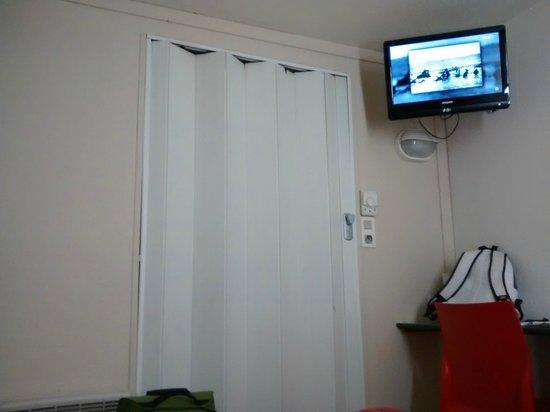 Premiere Classe Carcassonne: Puerta baño y TV
