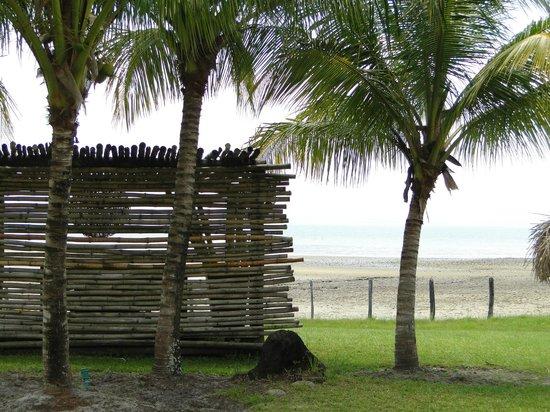 Enseada do Caeiro: lounge em frente a praia