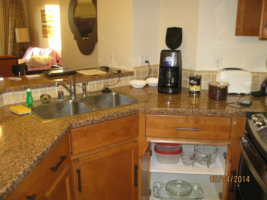 Marriott's Shadow Ridge I-The Villages: very small width, don't try having 2 people in kitchen at same time.