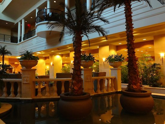 Embassy Suites by Hilton Tampa - Downtown Convention Center: 一階の内装です
