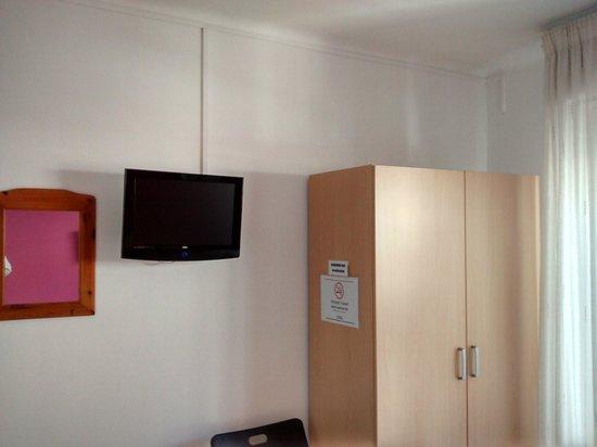 Hostal Mediterra : TV y armario