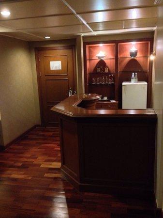 Ayothaya Riverside Hotel : Small bar in room