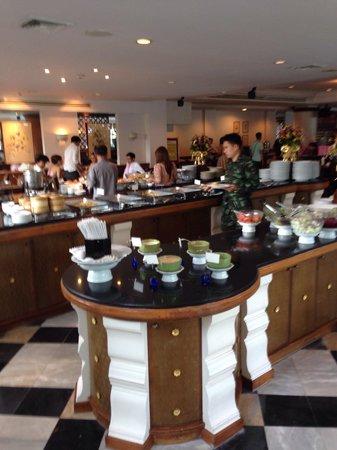 Ayothaya Riverside Hotel : Large breakfast buffet