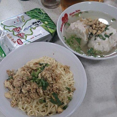 Bakmi Linggarjati : Traditional Chinese Noodle and fish dumplings