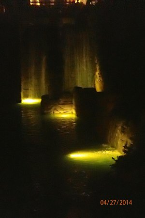 Hyatt Regency Aruba Resort and Casino: Water features at night