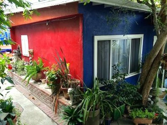 Garden Cottage B & B : Art meets garden- a Frida Kahlo vibe in in this Beverly Grove LA B&B