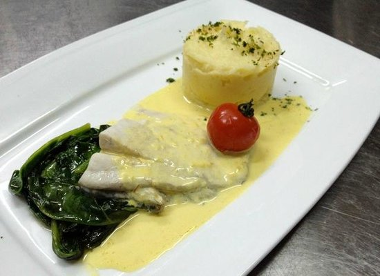 Murphy's Steakhouse : Fillet of Sea Bass, Saffron Sauce, spinach and creamy mash potatoe