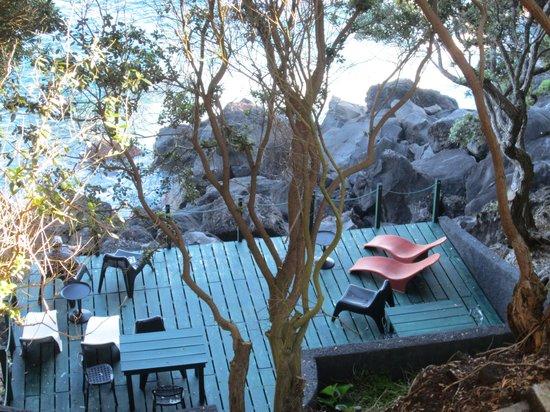 Hotel Aldeia da Fonte: Lounge deck overlooking the sea
