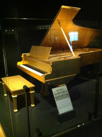 Country Music Hall of Fame and Museum : Elvis Presley's Gold Piano at Country Music Hall of Fame