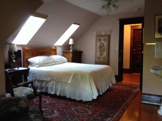 11th Avenue Inn Bed and Breakfast: Garnet room