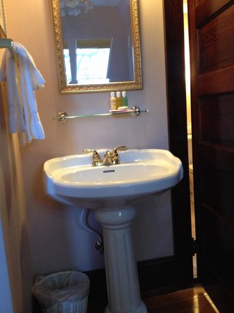 11th Avenue Inn Bed and Breakfast: Convenient sink outside bathroom