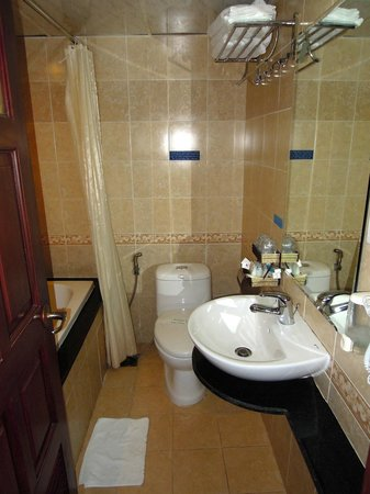 Duc Vuong Hotel: Bathroom