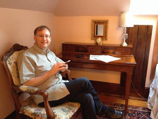 11th Avenue Inn Bed and Breakfast : Writing table at garnet room