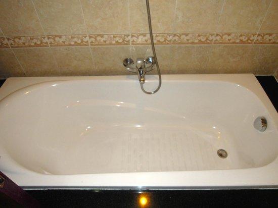 Duc Vuong Hotel: Bathtub