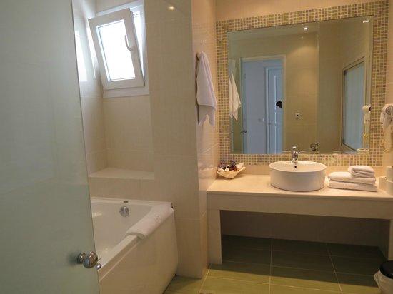 Grand Beach: Modern bathroom