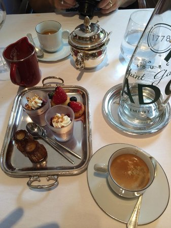 La Ciboulette : Petits fours and cherry mousse with coffee