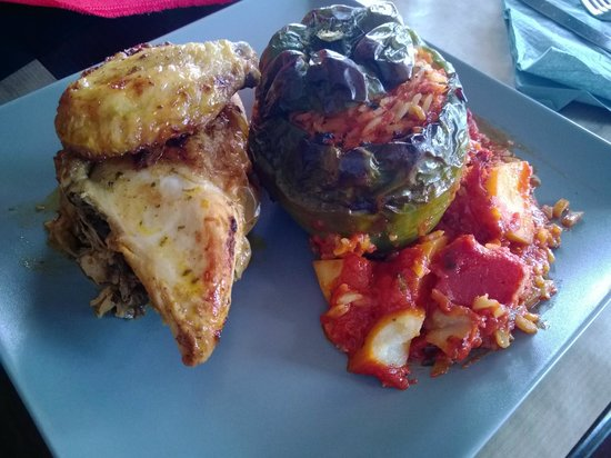 Geyseis Elladas: chicken and a stuffed pepper