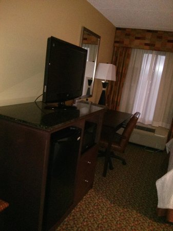 Hampton Inn Mobile I-10/Bellingrath Gardens: updated w/ fresh paint signs...rm 308