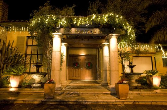 Inn Marin: Hotel entrance at night