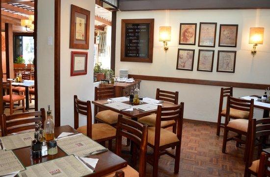 Cosa Nostra Trattoria Pizzeria: Local n.2: Republica del Salvador N34 - 234 y Moscu
