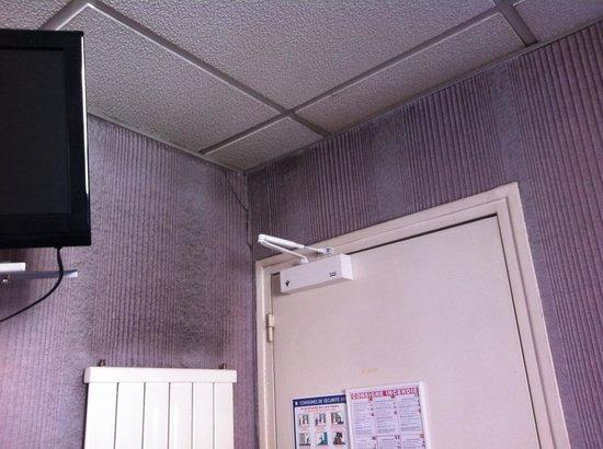 A La Grace de Dieu Hotel-Restaurant: Papier peint moquette sur les murs