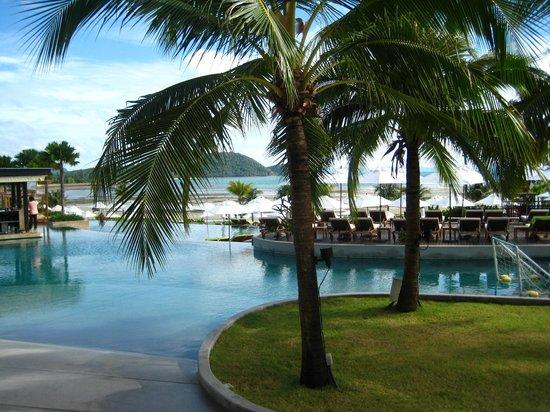 Pullman Phuket Panwa Beach Resort: вид на бассейн и пляж