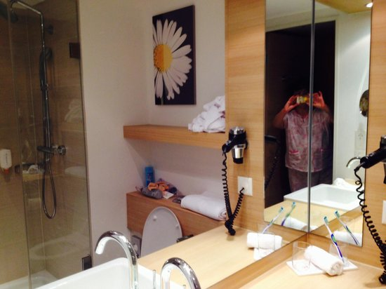 Ramada Zurich City: Bathroom